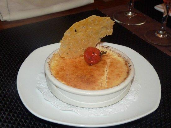 Le Petit Montmartre : La crème brûlée au jambon de pays sur un confit d'oignons.(entrée)