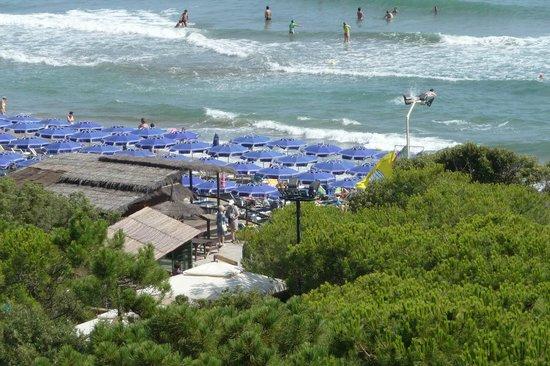 Roccamare Resort: Cramped private beach