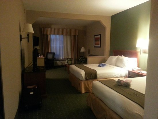Holiday Inn Express Orlando Airport: Double Queen Room with Kitchen (Bedroom)