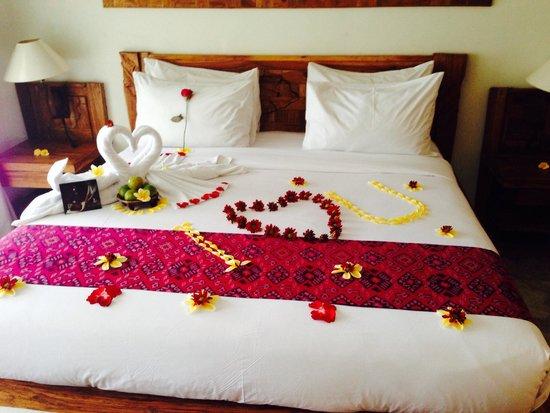 Sri Ratih Cottages: The bed as we arrived