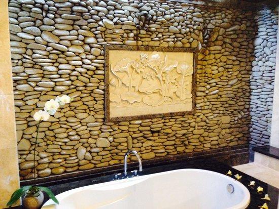 Sri Ratih Cottages: Bathroom in the suite