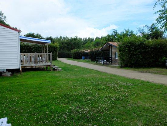 Camping La Bretonniere: Outside the 'chalet'