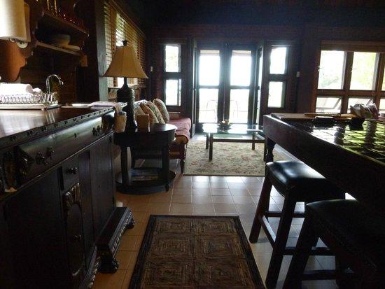 Rainforest Inn: Kitchen and Sitting Area