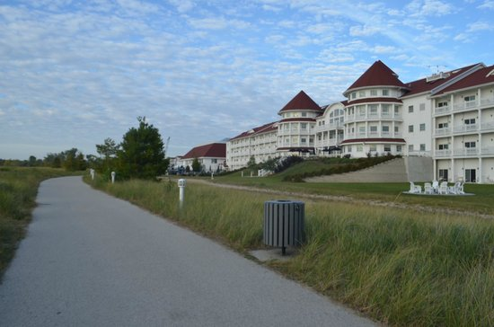 Blue Harbor Resort : Hotel view from the north walkway to the lighthouse pier