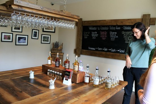 Deanston Distillery & Visitor Centre: Tasting room with our lovely guide.