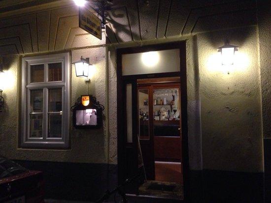 Pizzeria Osteria da Giovanni: Outside- as I said, a cosy off-record place