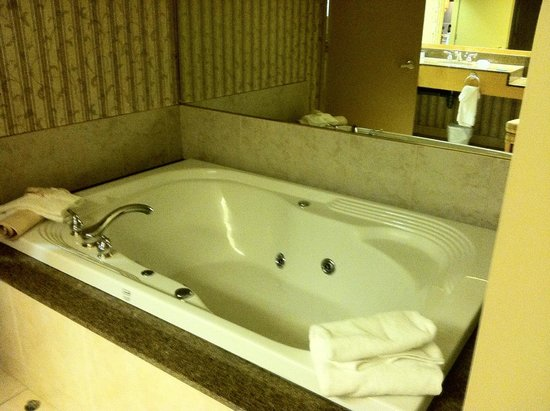 Carriage Ridge Resort: tub across from the sink area in the one bedroom