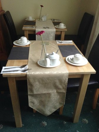 Knight's Rest Guest House: Breakfast tables
