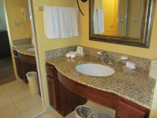 Homewood Suites by Hilton Fort Collins: sink separate from bathroom and shower