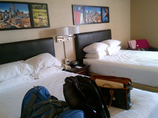 Drury Inn & Suites Houston The Woodlands: 2 comfy queen beds wth lots of pillows!