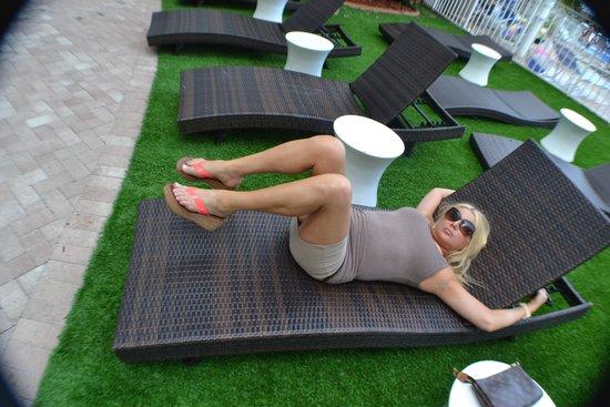Ocean Sky Hotel & Resort: Quiet lounge area by the pool