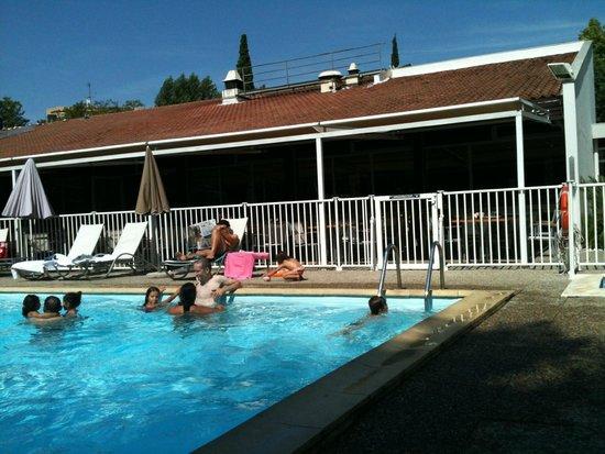 Novotel Aix en Provence Beaumanoir Les 3 Sautets : la piscine de l'hotel