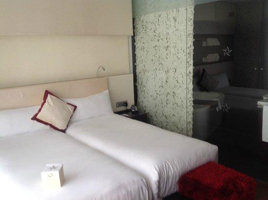Iberostar Grand Hotel Budapest: Zona de las dos malditas camas y el baño al fondo