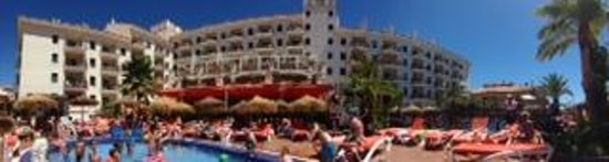 Hotel & Spa Benalmádena Palace: outside shot of hotel and pool