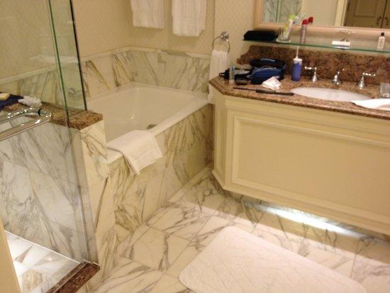 Salle de bain marbre rose for Peindre marbre salle de bain