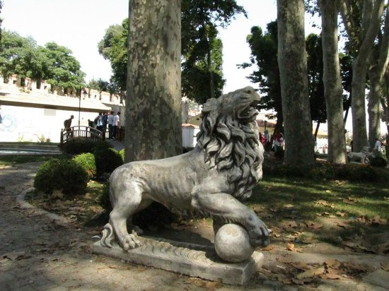 Gulhane Park: Stone lions suffering from the heat wave...