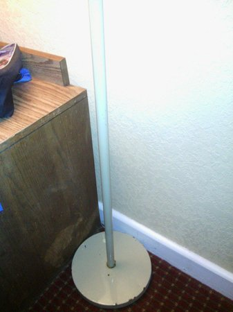 River Terrace Resort & Convention Center : Worn out dresser and rusted lamp