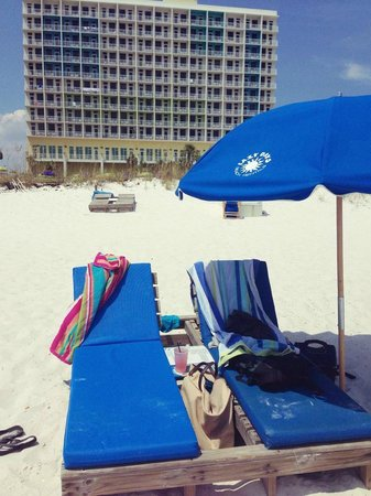 Holiday Inn Resort Pensacola Beach: Lazy Days beach rentals in front of the hotel for renting chairs, umbrellas, kayaks, etc.