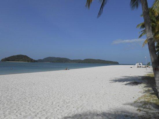 Meritus Pelangi Beach Resort & Spa, Langkawi: The beach outside the resort