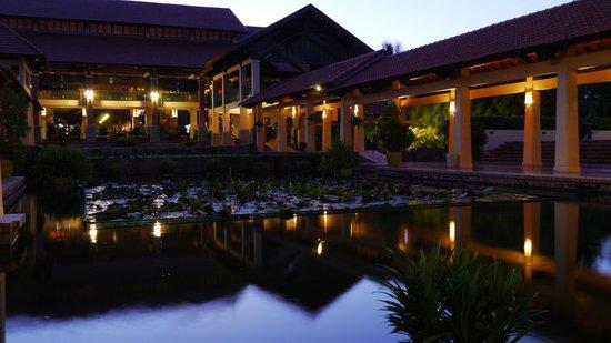 Pandanus Resort : пруд с рыбками