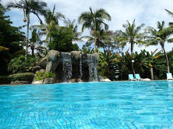 Damai Beach Resort: piscine en haut