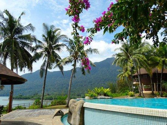 Damai Beach Resort: vue de la piscine en haut