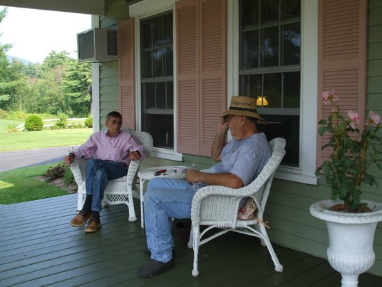 Rosewood Country Inn: Dick and Lou enjoying The Rosewood Country Life