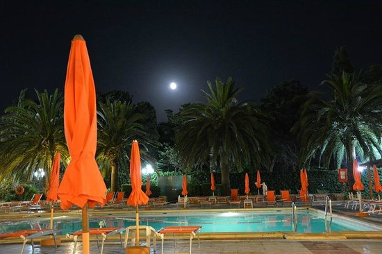 Hotel Oasis: piscina de noche