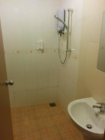 Prima Hotel Melaka : Simple shower.. small pressure. but that's all you need. warmer functioning properly