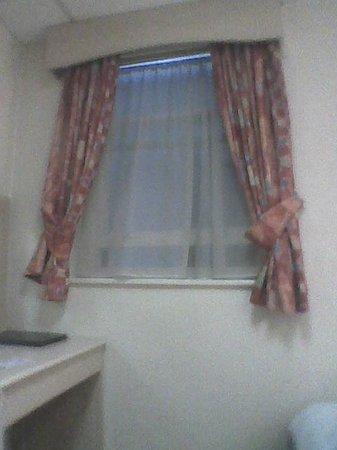 Bayswater Inn: L'unique fenêtre de la chambre au sous-sol