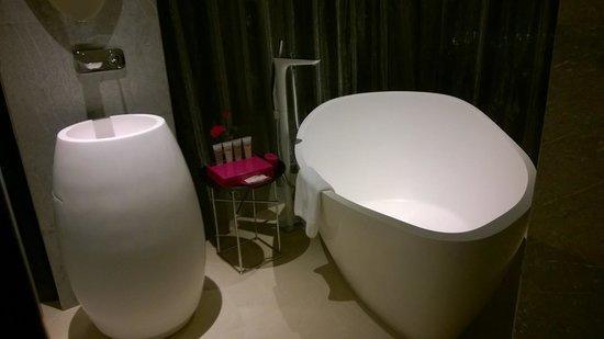 Pullman Saigon Centre: The bath tub and wash basin in bathroom, adjoining bedroom