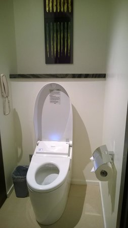 Pullman Saigon Centre Hotel: The automated WC