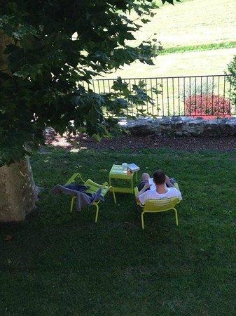 Le Mas de Fontefiguieres : Petit coin sous les arbres, ideal pour un peu de lecture à l'ombre.