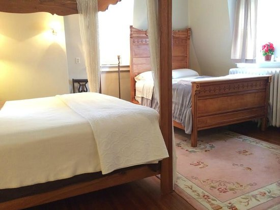 Hudson City Bed and Breakfast: Now featuring an option for separate beds or as an extra full size bed in the Grand Delux