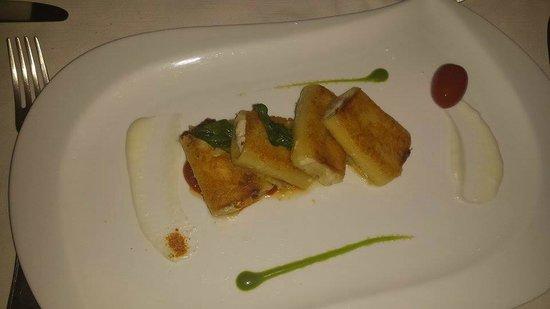 Eolo: Paccheri ripieni con pomodori secchi, in crosta di parmigiano con vellutata di pomodori.