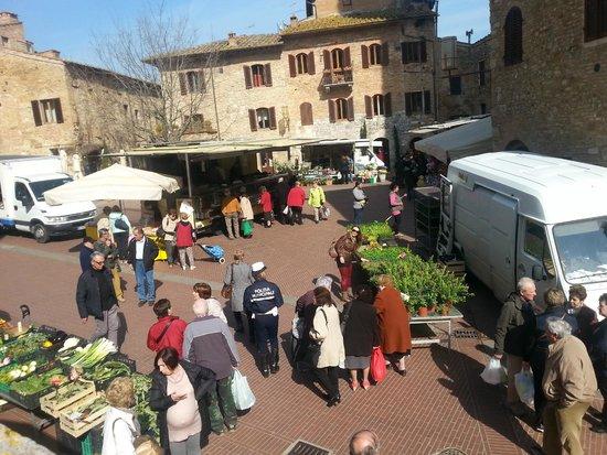 Piazza della Cisterna: pazar yeri...