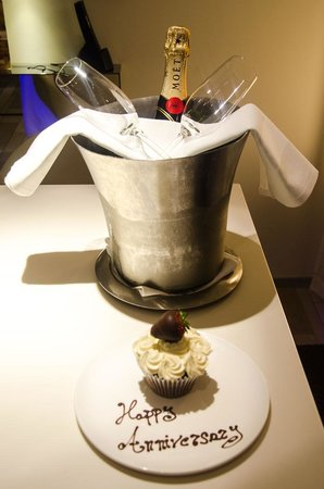 W London Leicester Square: Complimentary Champagne & Cake