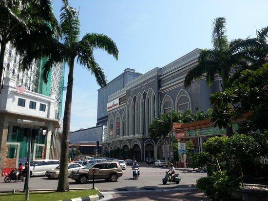 Hotel Equatorial Melaka: Dataran Pahlawan Mall just Opposite the hotel. Just a 5 mins walk