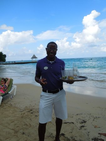 Sandals Royal Plantation : Beach Butler brings you as many drinks as you wish