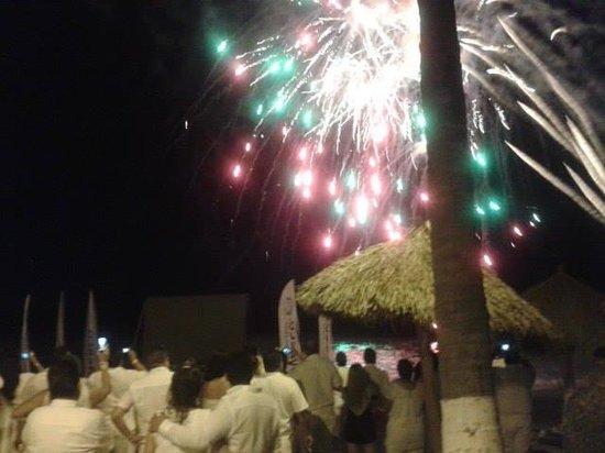 Crown Paradise Club Puerto Vallarta: Pirotecnia en la playa para cierre de evnto