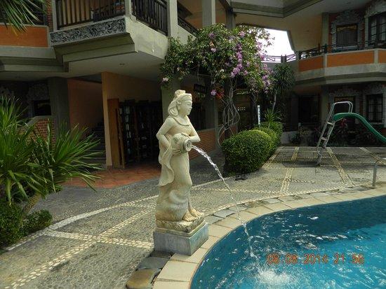 Adi Dharma Hotel: swiming pool