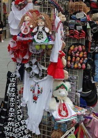 """Vaci Street: Algunos de los souvenirs expuestos dan """"repelus"""""""