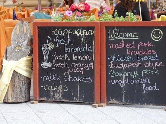 Vaci Street: Las pizarras-reclamo tipicas de los restaurantes