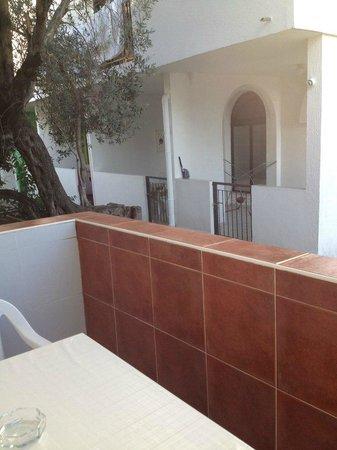 Bella Vista Hotel : крошечный балкон, стоит стул и остается только узкий проход
