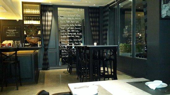 Vesper Cocktail Bar and Restaurant: Communal table