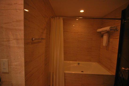 Village Hotel Albert Court by Far East Hospitality: Bathroom