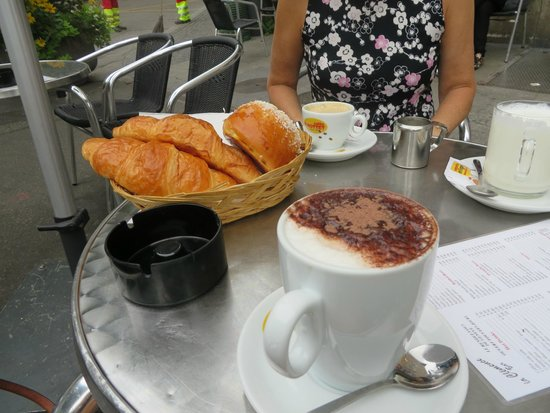 La Clemence: Cappuccino and pastries