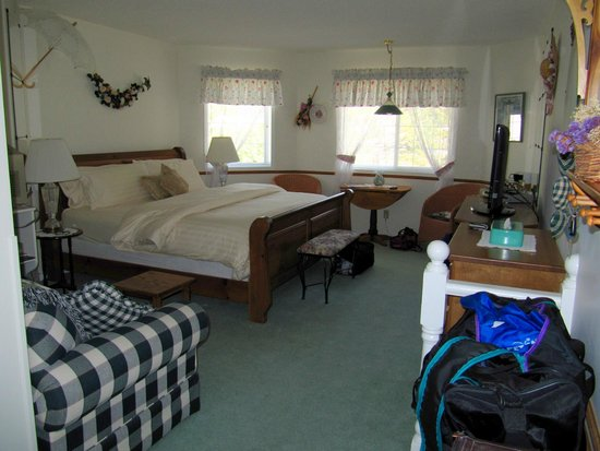 Village Country Inn: Beautiful king sized bed with luxurious bedding, and plenty of room to spread out.