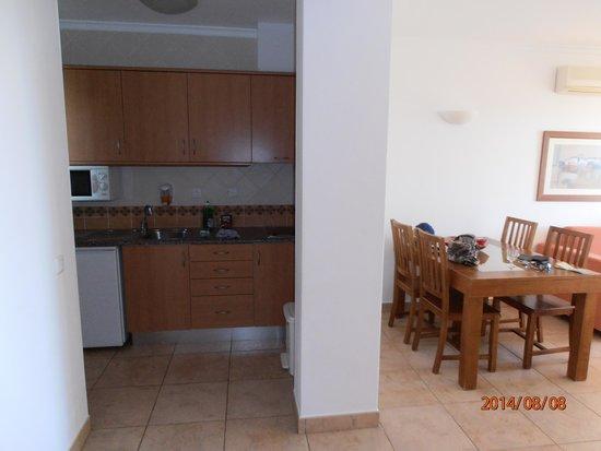 Clube Porto Mos: Küche und Wohnzimmer