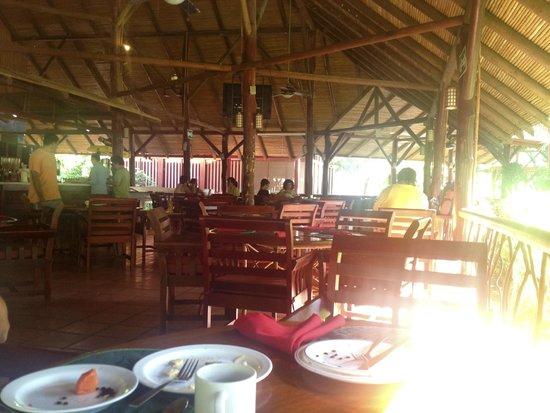 Restaurant & Bar El Rancho : mesas en salón principal